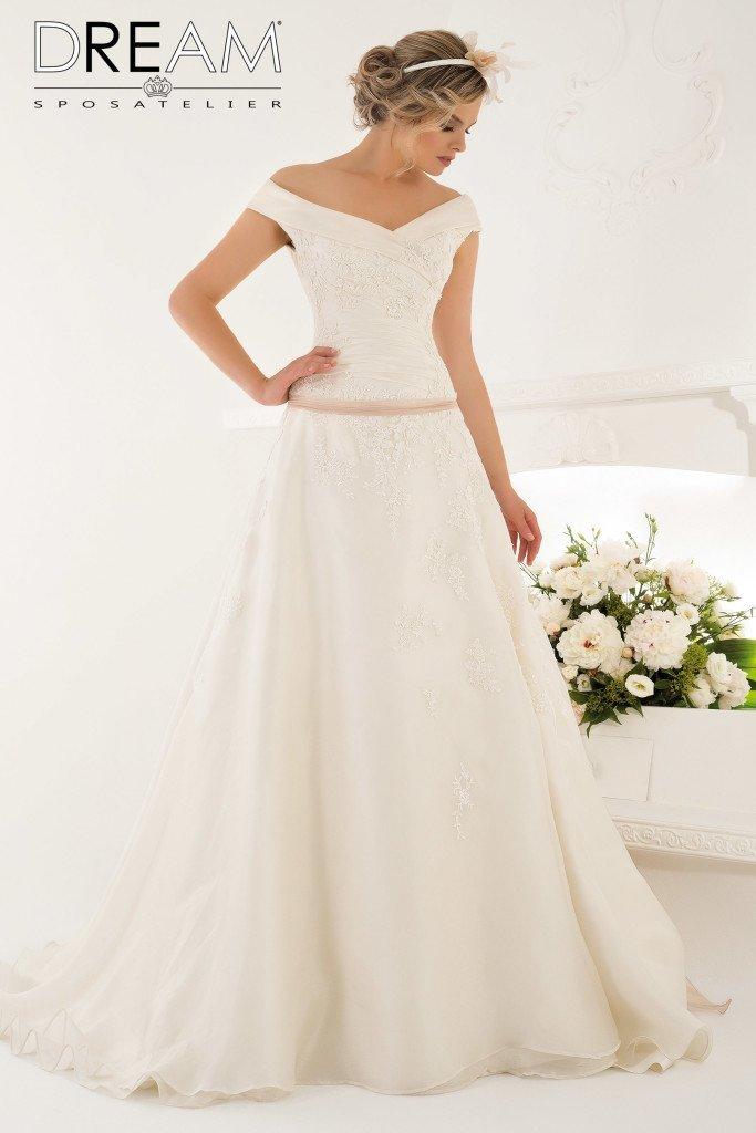 abito da sposa con scollatura omerale