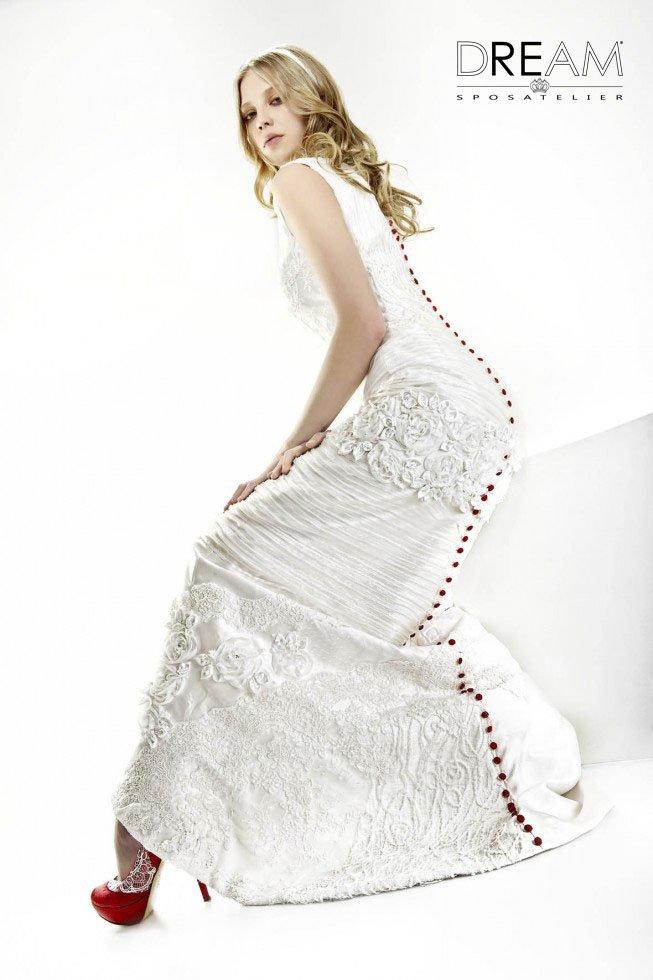 abito da sposa con dettagli rossi